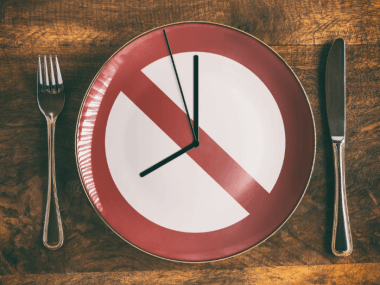 image of a plate with clock hands symbolizing intermittent fasting