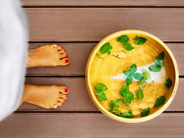 5 Easy Recipes for Detox Foot Baths