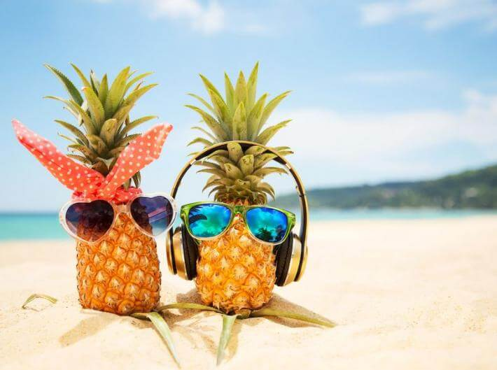 Two pineapples on vacay